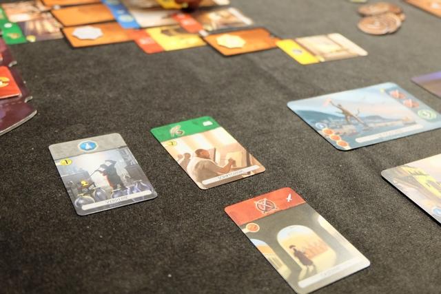 """Voici mes trois premières cartes prises. Je décide de la jouer scientifique (si possible) et aussi militaire (ça me paraît plus accessible au vu de la disposition des cartes sur la """"pyramide"""")..."""