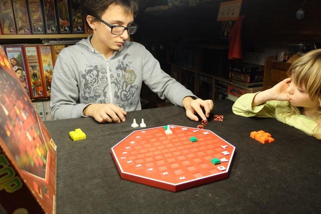 J'ai commencé à jouer, pour que Leila puisse observer deux joueurs successifs avant de prendre son tour. Comme on peut le voir ci-dessus, je me suis lancé sur des toutes petites et des toutes grandes valeurs, avec un valeur médiane toujours pratique...
