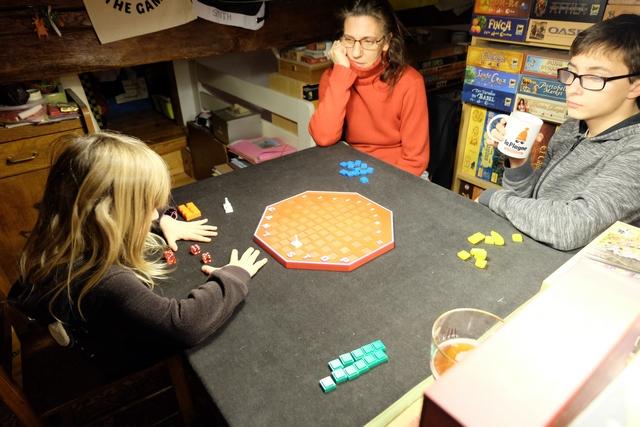 Cette partie se déroule à 4, dans la mezzanine de jeux, avec Leila qui posera les pions orange, Julie les bleus, Tristan les jaunes et moi-même les verts.