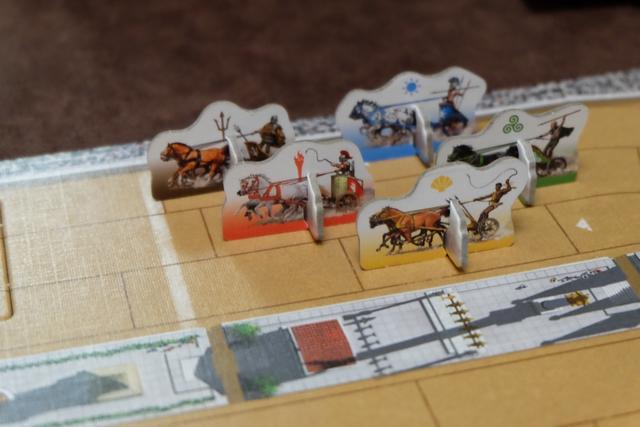 Nous jouons à 5, avec une ligne de départ constituée, dans l'ordre, du char marron de Samuel, suivi du rouge de Damien, puis du jaune de Tristan, du bleu d'Hugo et, enfin, de mon vert. Ensuite, on jouera dans l'ordre des positions après le premier tour. Et on devra réaliser deux tours d'arène en tout, le vainqueur étant celui qui y parvient en premier...