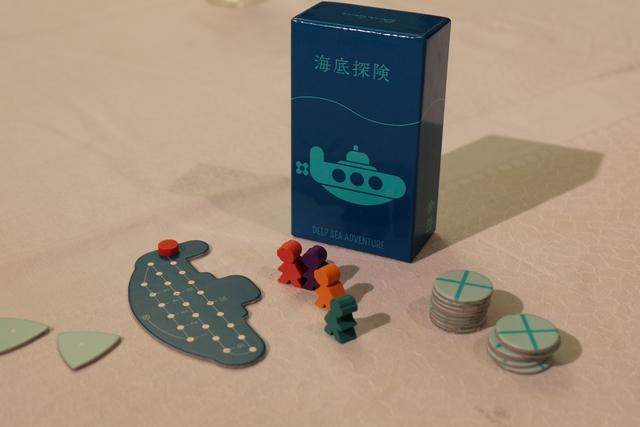 Retour sur la table du classique par chez nous Deep Sea Adventure ! On y joue à 4, avec Angélique (orange), Romain (violet), Pierre (rouge) et moi-même vert), aidé de Leila...