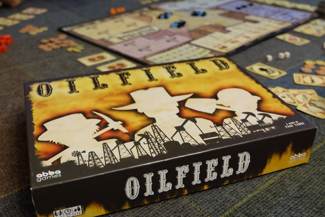 Dans OilField, nous allons essayer d'exploiter au mieux les gisements de pétrole (cubes noirs) et de gaz (cubes bleus) à partir de puits d'extraction que nous allons construire dans des zones que nous allons acheter. Nous avons affaire à un jeu par étapes de développement : achat de terrain, construction de puits, extraction, vente, ...