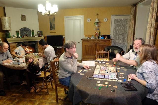 """Bien installés dans la maison de La Gresle, dans l'après-midi du 31 décembre, on est tous bien contents de pouvoir s'adonner à de """"vrais"""" jeux avant la soirée..."""