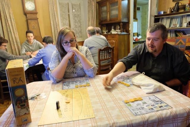 Le jeu séduit bien Angélique et Edouard. Sur la table de derrière, ça joue à Seven Wonders.