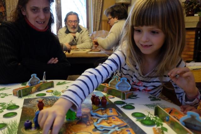 Leila exulte en réussissant elle aussi à terminer sa troisième hutte ! Victoire partagée avec son papa...