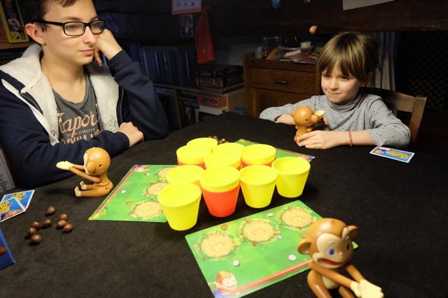 Et hop ! La noix de coco projetée par le singe de Leila est au-dessus de sa tête et va retomber pas très loin des gobelets centraux. A chaque fois qu'une noix de coco s'arrête dans un gobelet jaune, le joueur le place devant lui, sur son plateau individuel. Si le gobelet est rouge, il peut même rejouer. A noter qu'on a aussi deux cartes spéciales chacun, non renouvelables, ce qui amène un petit piment supplémentaire bienvenu...
