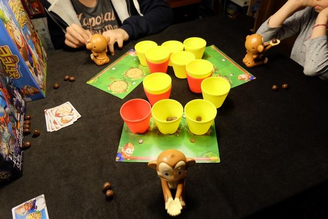 La situation s'inverse : j'ai à présent trois gobelets devant moi, Tristan et Leila un seul chacun. Très plaisant, ce jeu fait fureur cet après-midi !