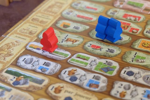 La phase 5 du tour (sur les 12 inscrites sur le plateau de résumé) constitue le coeur du jeu : le positionnement de nos vikings et la résolution de actions. Ci-dessus, on voit qu'au premier placement du premier tour, initié par Edouard, il a placé deux vikings pour récupérer une ressource orange (du lin de taille 3), une rouge (un poisson de taille 3) et une pièce. De mon côté, j'ai opté pour la conversion d'un lin orange de taille 3 en un rouleau de lin vert de taille 4. Oui, c'est ça, on sent bien qu'on va convertir à tour de bras...