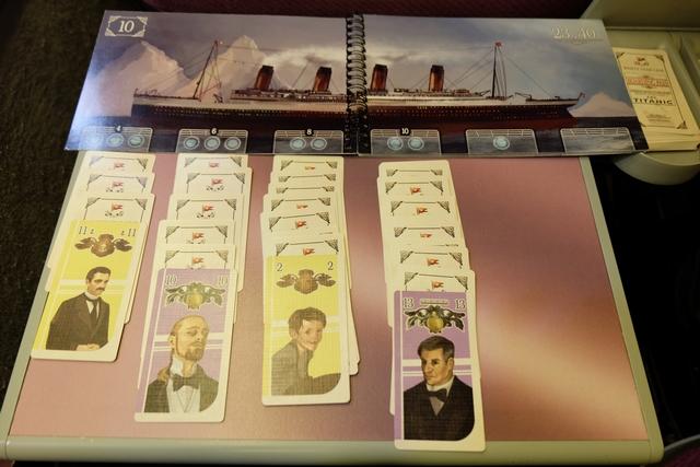 Voici les files initiales de passagers en face des quatre ponts. Pas mal d'avoir directement un 13 violet, ça démarre bien !