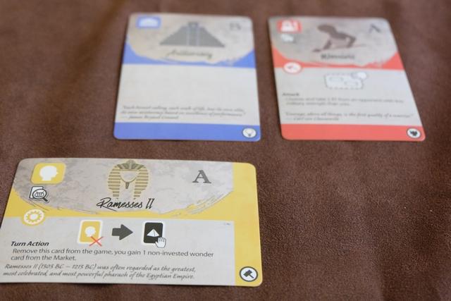 Voici une vue de ma nation, alors qu'elle est composée de trois cartes : mon Gouvernement de départ, une carte Armée et une carte Leader qui n'est autre que Ramsès 2. Quel est son effet ? Assez simple à comprendre : quand je le souhaiterai, à mon tour, au lieu de choisir une action habituelle, je pourrai la défausser et prendre gratuitement une Merveille de l'étalage non investie par un autre joueur. Vous commencez à voir le style de combos qu'on peut imaginer ?