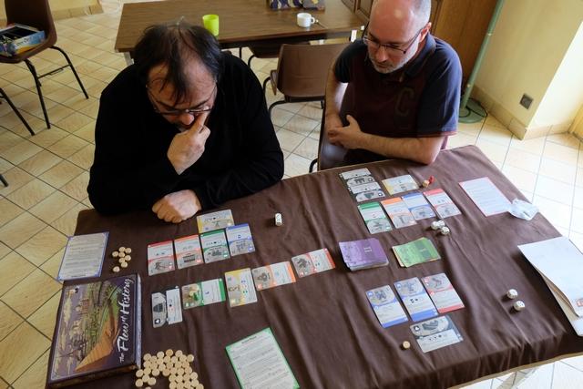 L'ambiance est studieuse et le jeu plaisant. A trois joueurs, la configuration parfaitement pour une partie de découverte, sans que cela soit trop long ou trop chaotique.