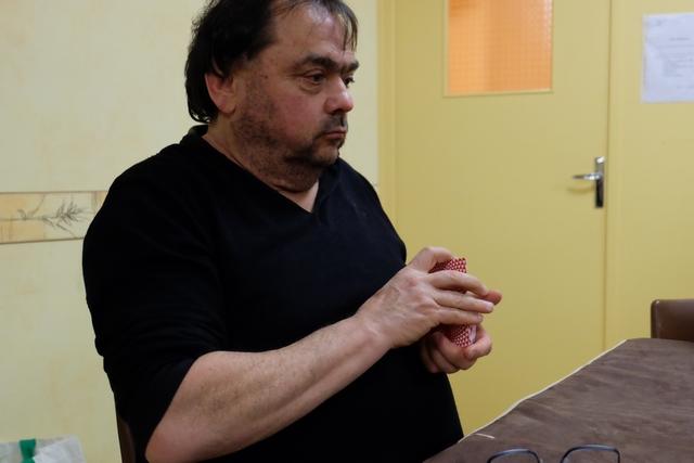 """Jean-Luc mélange les cartes, en tant que Maître de la seconde partie, mais il commettra nombre de bourdes notamment en disant, après que tout le monde a fermé les yeux et que l'Insider a eu le droit de regarder : """"C'est bon l'Insider, tu as bien vu la carte ?"""", comme s'il pouvait répondre... Quelle rigolade !!!"""