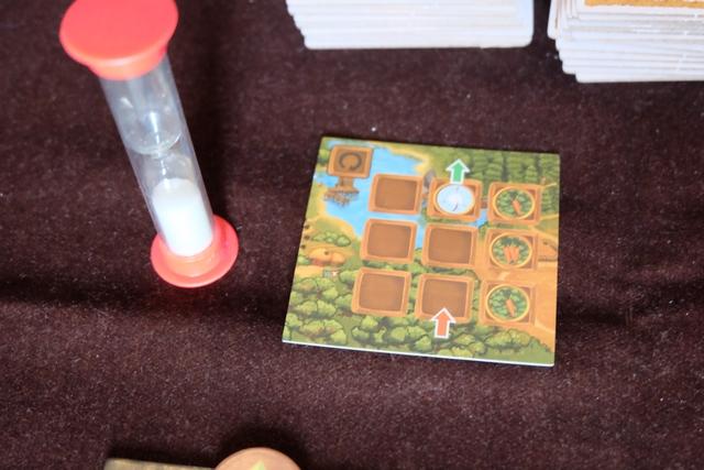 Le jeu est assez original dans son système : une sorte de puzzle est tiré au hasard, en début de chacune des trois manches, et il va nous falloir le construire à partir de nos tuiles remises à chacun en essayant de créer des chemins qui passent par les carottes, après que le lapin soit entré par la flèche rouge et qu'il puisse ressortir par la flèche verte. Le truc très bien vu, et bien stressant, c'est qu'on a seulement 30 secondes pour réaliser tous les placements !