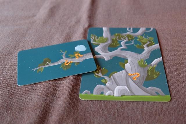 Il y a quelque chose d'assez magique que de voir son arbre s'agrandir au fur et à mesure de la pose, simplissime et très libre, des carte de branches. Ci-dessus, je viens de placer une carte sur laquelle figurent deux chenilles et un nuage, ceux-ci me rapportant 1 PV par symbole présent + 1 PV par symbole identique présent sur toutes les cartes jusqu'au tronc (donc 3 PV pour les chenilles et 1 PV pour le nuage).