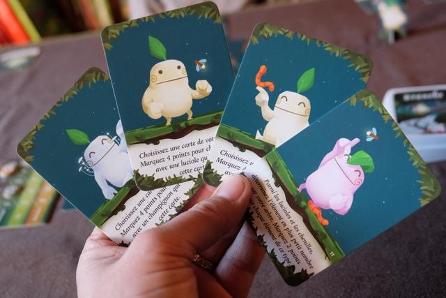 Chaque joueur reçoit quatre cartes d'objectifs pour satisfaire les esprits de l'arbre, les fameux kodama, et voici donc les miens, sachant qu'on en jouera que trois, en fin de chaque saison du printemps, de l'été et de l'automne.