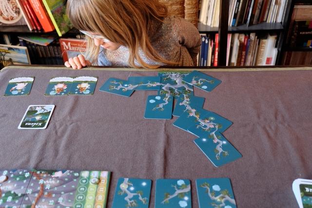 Leila est obligée de bien vérifier les effets de ses cartes kodama avant de faire le bon choix de pose. Je l'aide un peu mais elle s'en sort plus que bien : c'est elle qui mène au score !