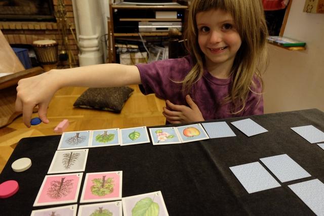 Après pas mal de difficultés pour mémoriser les positions utiles (moi aussi d'ailleurs), Leila parvient à terminer la ligne du pommier et à empocher le jeton bleu...
