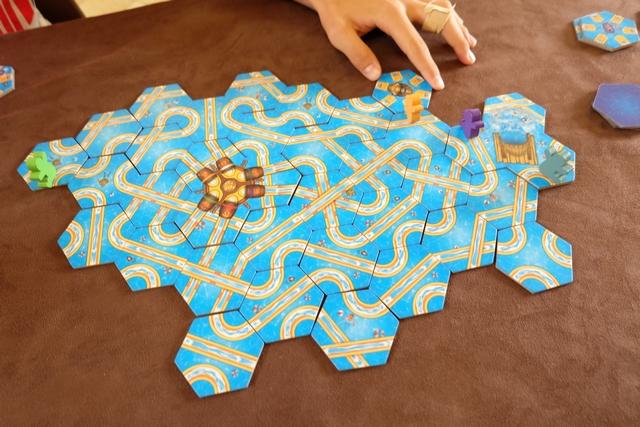 Dans le jeu, il y a un et un seul tunnel que Tristan est en train de placer ci-dessus. Le pitch : son baigneur va entrer par l'une des entrées du tunnel et ressortir, à l'endroit où il aura choisi de placer la tuile de sortie, par le même numéro de porte...
