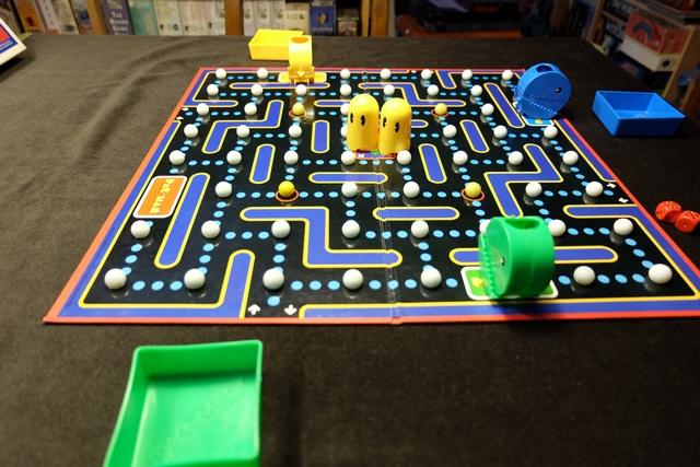 Tristan utilise le Pac-Man jaune, Leila le bleu et moi-même le vert. C'est parti...