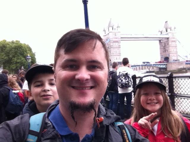 Devant Tower Bridge avec mes élèves ! J'ai l'air heureux non ? Eux aussi, d'ailleurs...