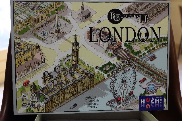 Que la boîte est belle et me ramène dans mon voyage à Londres de la semaine du 15 au 19 mai...