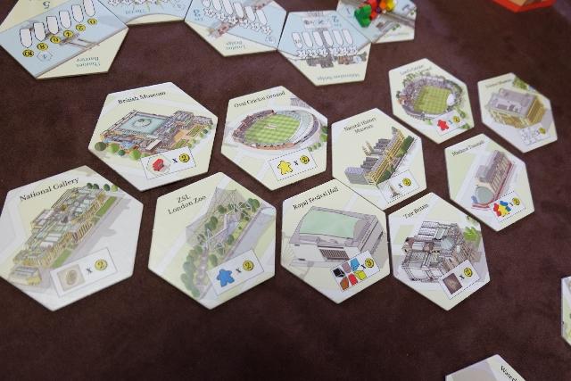 Les 10 tuiles de l'époque 5 (à 5 joueurs), des tuiles de décompte de PV, sont connues de tous dès le départ. Ci-dessus, on voit par exemple qu'on pourra marquer 2PV par meeple bleu dans son domaine (ou derrière le paravent) en fin de partie si on parvient à acquérir le London Zoo... Tiens, un endroit où nous étions le 18 mai...