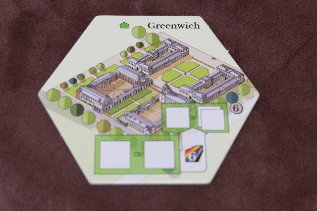 """Chaque joueur dispose d'une tuile de """"Maison"""" pour démarrer, et, en ce qui me concerne avec la couleur verte, je me retrouve avec Greenwich ! Hallucinant : c'est dans ce quartier que nous résidions en auberge de jeunesse... ;-)"""