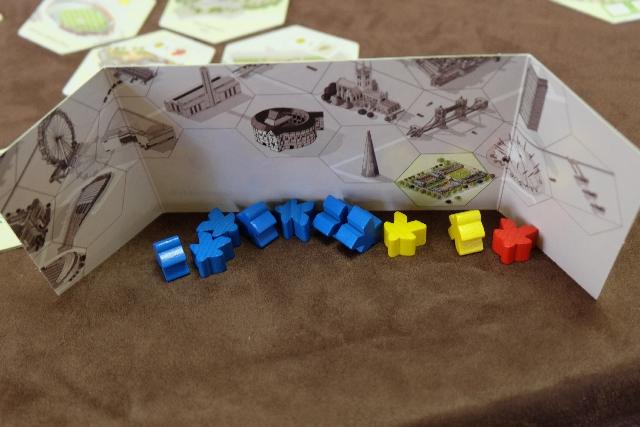 Ma main de départ de meeples : 7 bleus, 2 jaunes et 1 rouge.