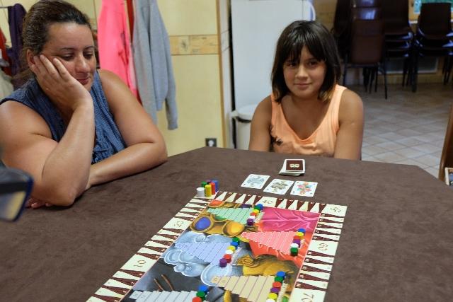 Elle a décidé de retourner 3 cartes et les enchères, en un tour hein, peuvent démarrer...