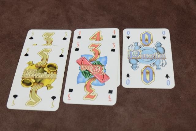 Mes cartes acquises, lors de la première manche (sur les trois que comptera la partie), avec deux couleurs bien investies et des valeurs pas trop basses. Ça me va...