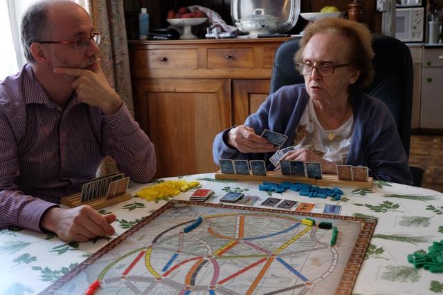 Jacques lui a souvent rappelé qu'il devait jouer avant elle, mais là non ! Maire-Thérèse joue deux cartes au bon moment pour placer deux wagons...