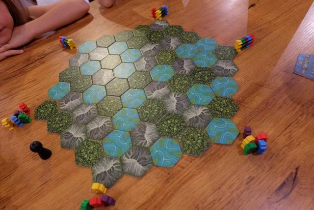Les tuiles sont assemblées pour notre partie à 5 joueurs qui s'annonce bien sympathique. Romain utilise les explorateurs jaunes, Leila les rouges, Maitena les violets, Joris les bleus et moi-même les verts.