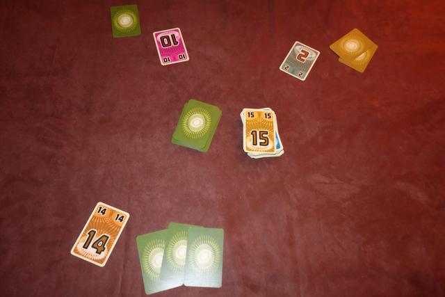 Fin de la première manche, remportée par Tristan, alors qu'il me reste 4 cartes, 2 à Joris et 3 à Maitena...