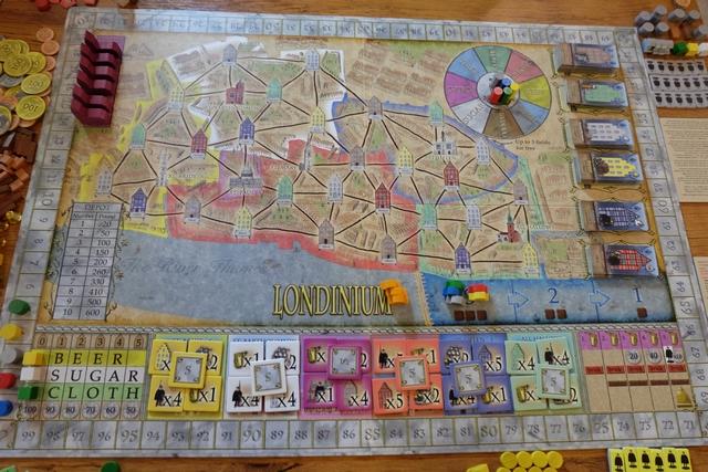 Nous optons pour le plateau de Londinium, dans cette partie à 5 joueurs qui débute : Vincent, dit Tayorted, en bleu, Lucarty en rouge, Ludivine en gris, Franck en jaune et moi-même en vert.
