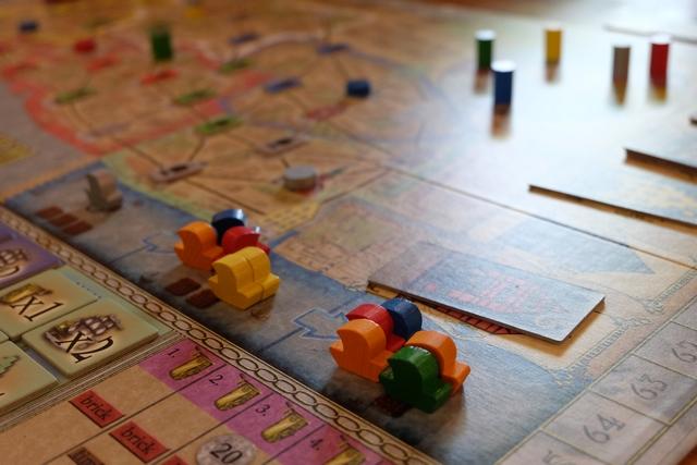 Le port se vide de ses bateaux aux couleurs des joueurs puisque les bateaux orange l'ont investi de manière marquée (les 3 y sont posés à présent)...