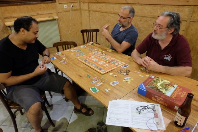 Nous jouons à 4 : Eddy avec les éléments bleus, Yohel avec les jaunes, Pierre avec les rouges et moi-même avec les verts.