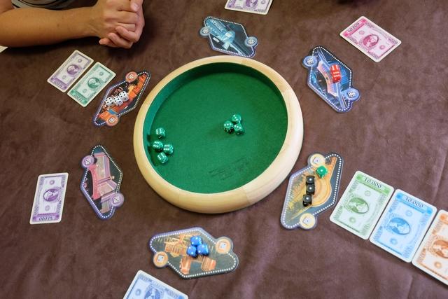 Je trouve que le placement des tables de jeux en cercle autour de la piste de dés est une excellente idée. Pas vous ?