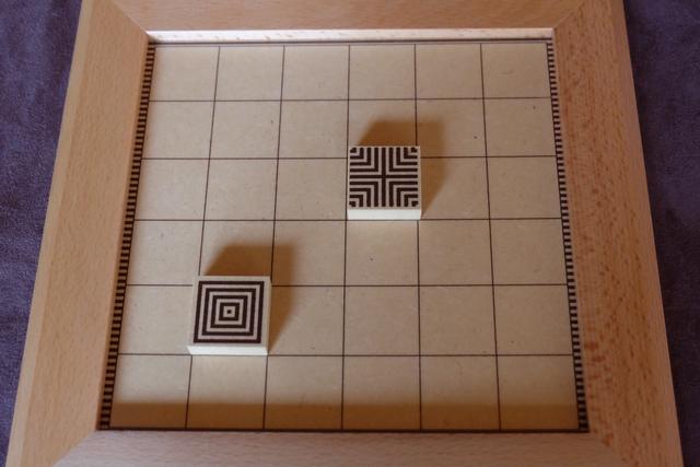 Au tout premier tour de la partie, chacun doit placer un carré neutre où il le souhaite. A noter que nous ne jouerons pas avec la variante qui impose de connecter correctement les carrés avec les bords du plateau (lignes horizontales ou verticales)...