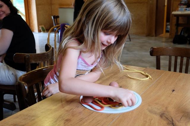 Dans la première version (donc première partie), on doit simplement attraper un maximum de spaghetti depuis la grande assiette, sans en faire tomber sur la table. Les spaghetti naturels valent 1 point, ceux à la tomate 2 points, ceux aux épinards 3 points et ceux à l'encre de seiche 4. Les boulettes de viande, elles, valent 1 point. Le truc c'est que plus les spaghetti rapportent, plus ils sont longs et donc potentiellement difficiles à retirer proprement de l'assiette...