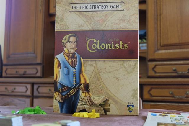 Bon et bien voilà, on va passer aux choses sérieuses, avec la sortie de ce Colonists, the epic strategy game, comme indiqué en haut de l'énorme boîte Mayfair...