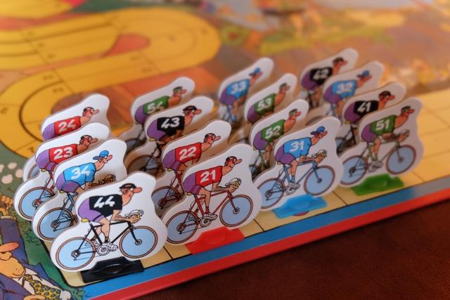 Dans cette partie à 4 joueurs, chacun utilise une équipe de coureurs et le but est de réaliser le meilleur score par équipe (le premier fait marquer 50 PV, le second 40 PV, le troisième 35 PV, le quatrième 32 PV et, ensuite, 2 PV de moins par place). Joris déplacera les coureurs bleus, Maitena les noirs, Leila les rouges et moi-même les verts. Ci-dessus, la mise en place s'est effectuée via la pose des coureurs un par un, à raison d'un seul de chaque couleur par couloir. Le premier coureur à se déplacer sera mon vert n°51 car il est sur la première ligne et le plus à droite. En fonction de la case où j'arriverai, le coureur bleu n°31 pourra ou non me poursuivre (pas de jet de dé et placement immédiat derrière moi), et ainsi de suite pour le n°21 et le n°44. Sinon, c'est le n°41 qui se déplacera.