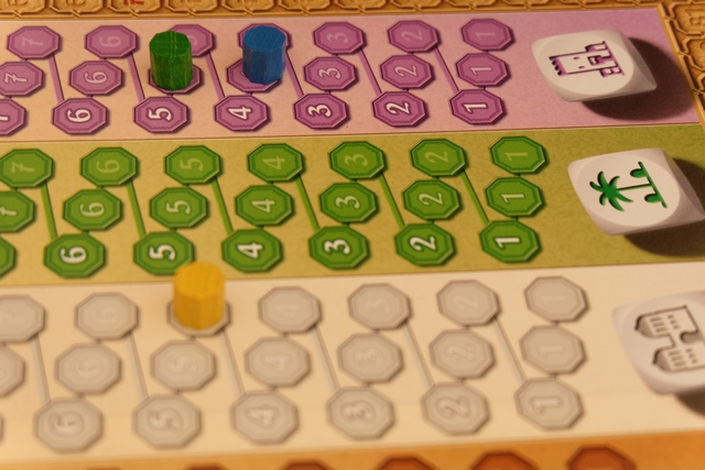 Premier tour de jeu, avec Maitena (bleu) qui s'est mis sur la piste rose au niveau 4 obtenu au deuxième lancer, tandis que j'ai obtenu 5 dés au même moment, Tristan (jaune) quant à lui, a obtenu 5 dés blancs au troisième lancer.