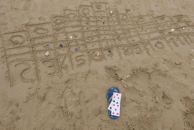 Et pendant ce temps, Leila et Tristan jouent à un jeu bien connu, à même le sable, sans matériel... L'aurez-vous reconnu ?