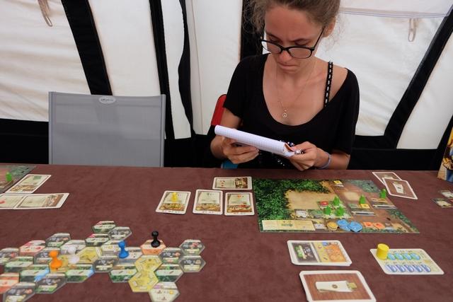 Ne voulant pas oublier ses choix d'actions pendant que les autres jouent, Maitena note tout ce qu'elle veut faire sur son calepin ! Excellent et à immortaliser, forcément... ;-)