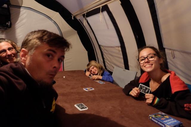 Selfie dans la tente, au démarrage, ou presque de notre partie à 4 joueurs : Julie, Leila, Maitena et moi-même.