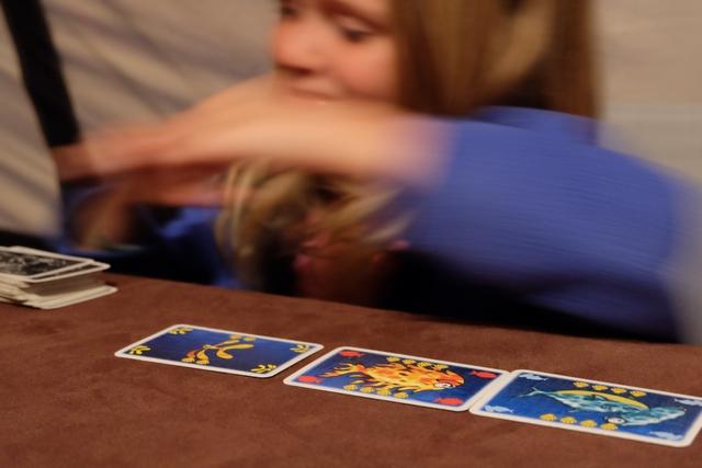Leila va tellement vite pour piocher de nouvelles cartes qu'elle en est floue !