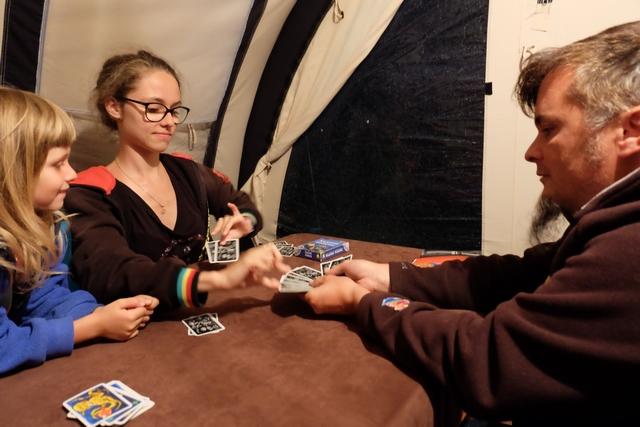 Et ma vilaine grande fille me chipe trois cartes, moi son pauvre père tout gentil et qui n'allait pas gagner cette partie.. ;-)