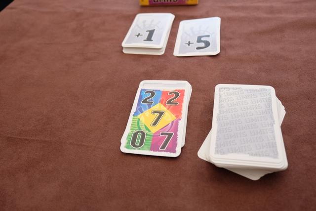 A chaque tour, on retourne une carte de manche sur laquelle figure la limite de chaque couleur de cartes : ci-dessus, on a une limite de 0 carte verte, de 2 cartes bleues et rouges et de 7 cartes jaunes et violettes. Attention, chacun va sélectionner une carte de sa main pour faire évoluer cette limite (si je choisis une verte, on passe de 0 à 1 pour la limite).