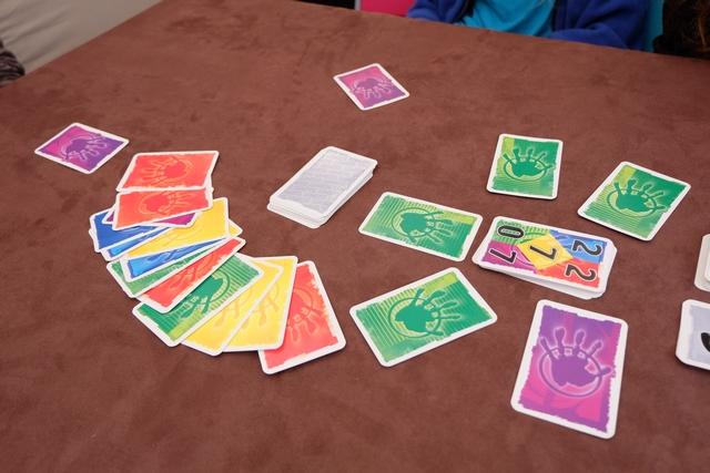 Ci-dessus, par exemple, on voit que la limite de cartes vertes est passée de 0 à 4 grâce aux cartes jouées au départ face cachée. Pour les rouges, on en est resté à 2. Au moment où l'un de nous a été accusé d'avoir joué une carte rouge de plus que la limite, on voit que les cartes retournées face visible atteste de ce dépassement (4 au lieu de 2), donc la personne prend une pénalité et l'accusateur un bonus.