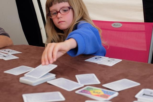 Mais ce n'est quand même pas très facile, surtout dans un choix pertinent de carte à jouer cachée au départ...